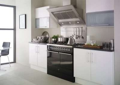 мощная вытяжка на кухне в стиле минимализм