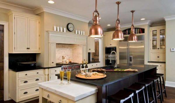 стильные светильники медные - освещение на кухне в стиле неоклассика