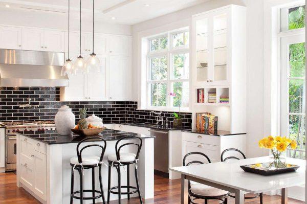 белый буфет на кухне в стиле неоклассика
