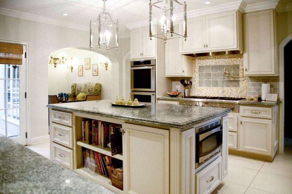 островной стол на кухне в стиле неоклассика