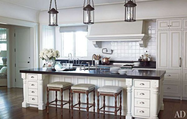светильники над рабочей зоной кухни в стиле неоклассика