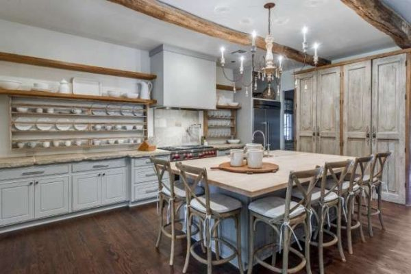открытые полки на кухне в стиле кантри