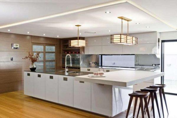 белая островная кухня в японском стиле