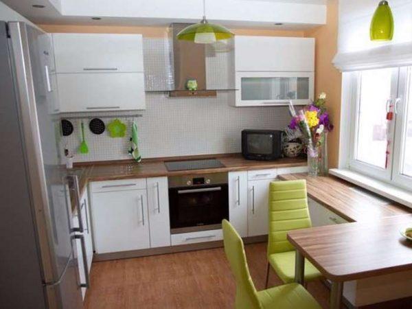 П-образная маленькая кухня у окна