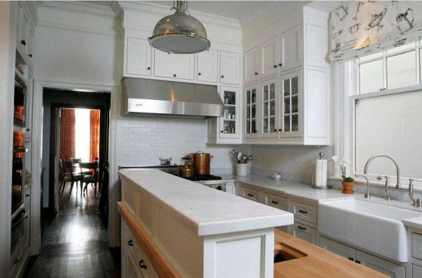 угловая белая кухня с барной стойкой