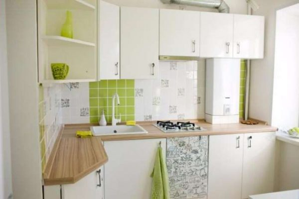 белый угловой гарнитур на кухне
