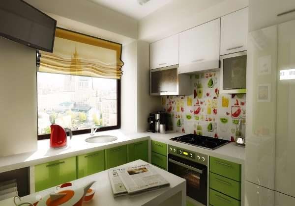 бело-зелёный гарнитур на маленькой кухне