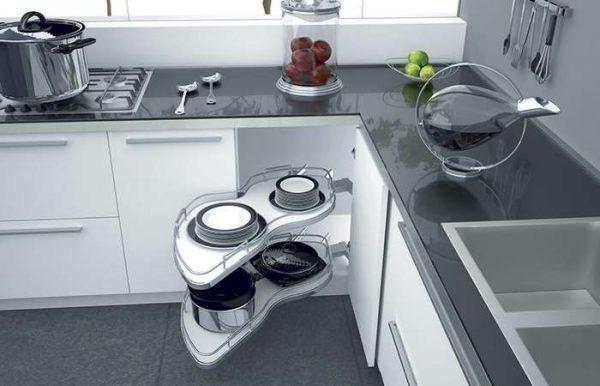 интерьер малогабаритной кухни с выдвижной полкой каруселью