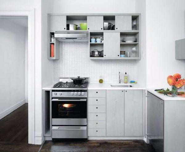 открытые верхние шкафы на маленькой кухне