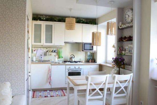 интерьер белой малогабаритной кухни
