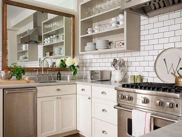 открытые полки и зеркало на маленькой кухне