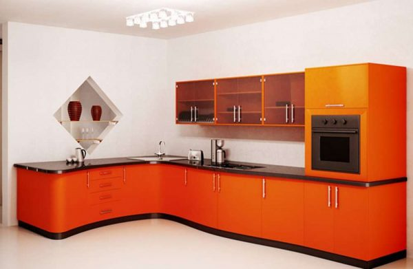 белые стены на фоне оранжевого гарнитура