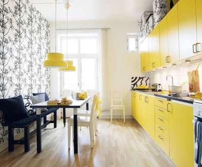 жёлтая кухня с обоями