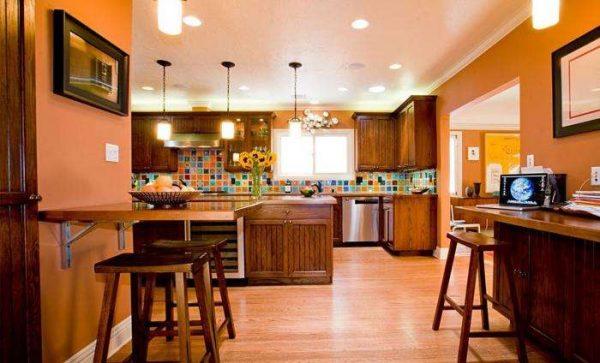 оранжевые обои в кухне