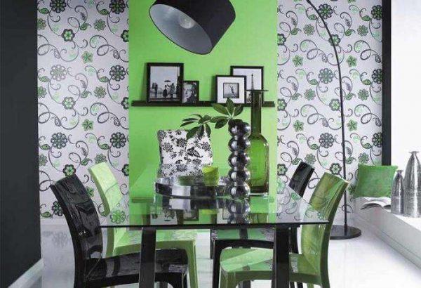 с рисунком обои в кухне и зелёные