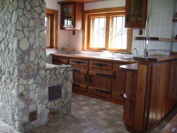Дизайн кухни в частном доме с печкой из камня