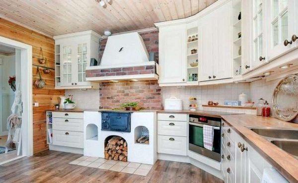 стены и потолок из дерева на кухне в доме с печкой