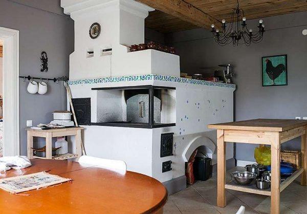русская печка на кухне в доме