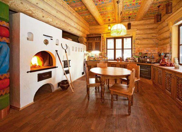 побеленная печка на кухне деревянного дома