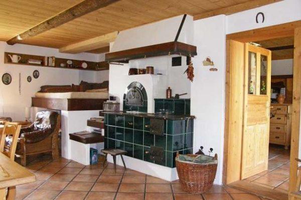 белая печка на кухне частного дома