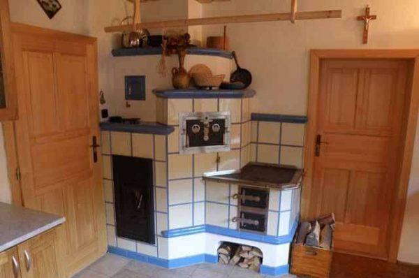 печка обложенная плиткой в частном доме