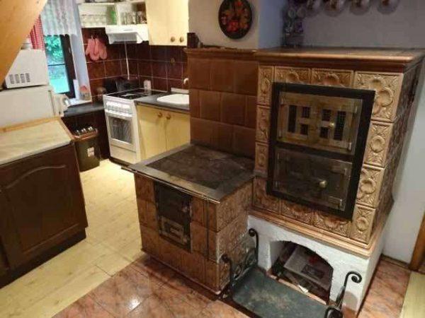 печка с изразцами на кухне частного дома