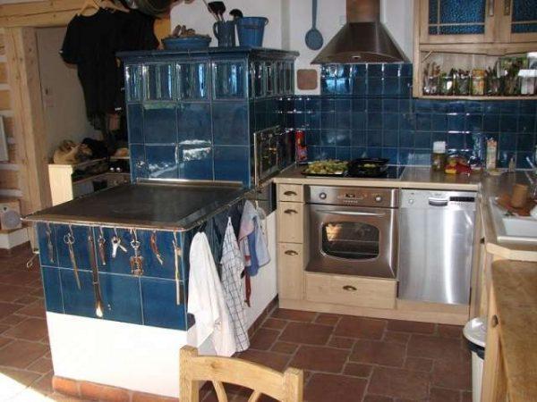 синяя плитка на печке в доме на кухне