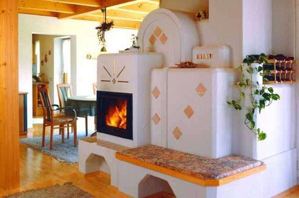 камин в печке на кухне в частном доме