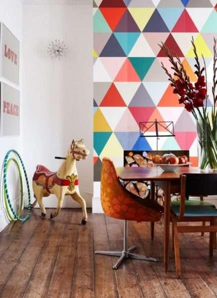яркие фотообои с геометрическим узором в интерьере кухни