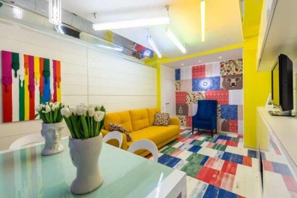 яркие фотообои кислотных цветов в интерьере кухни