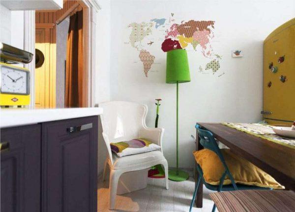 фотообои с картой мира в интерьере кухни