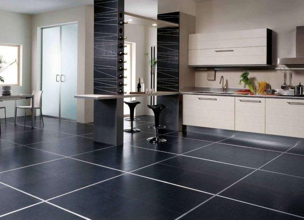 чёрная плитка на полу кухни