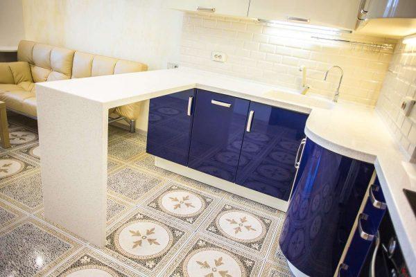 бежевая плитка с узором на полу кухни