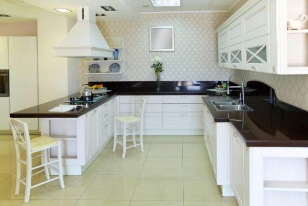 песочная плитка на полу кухни