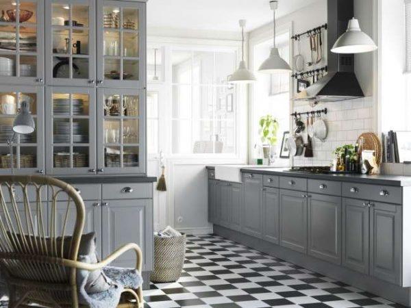 шахматная плитка на полу кухни