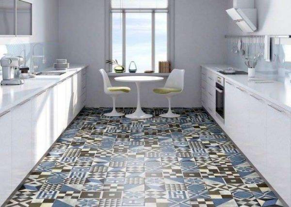 синяя плитка с узорами в интерьере кухни