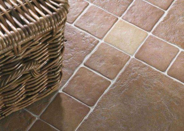 керамическая плитка под камень на полу кухни
