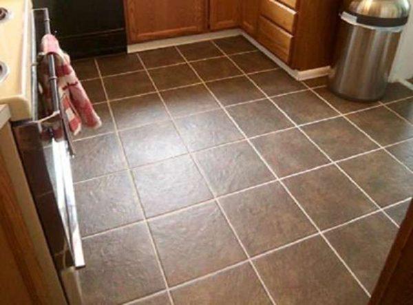 керамическая коричневая плитка на полу кухни