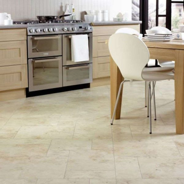 бежевая плитка мраморная на полу кухни