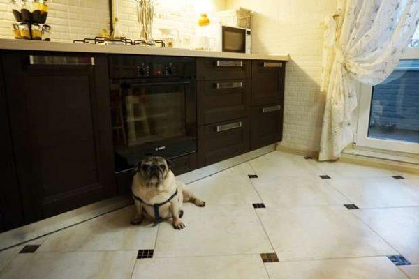 бежевая плитка на полу кухни с чёрными квадратиками