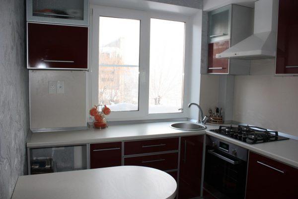 угловая кухня с бордовыми фасадами