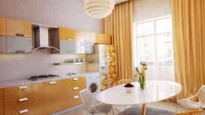 прямые жёлтые шторы на небольшой кухне