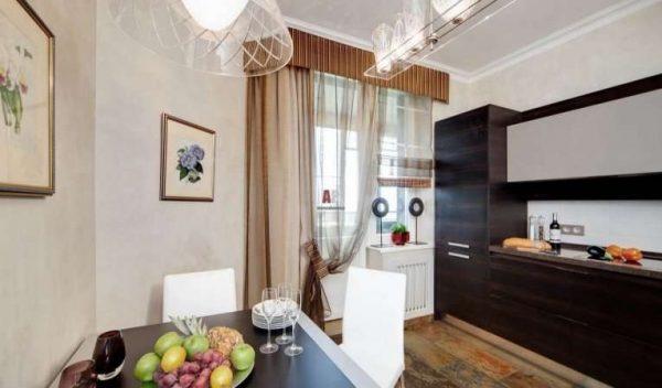 прямые шторы в сочетании с прозрачной тюлью на кухне
