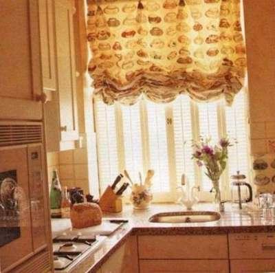 шторы со сборками на небольшой угловой кухне