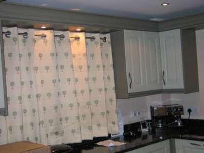 короткие светлые шторы для маленькой кухни