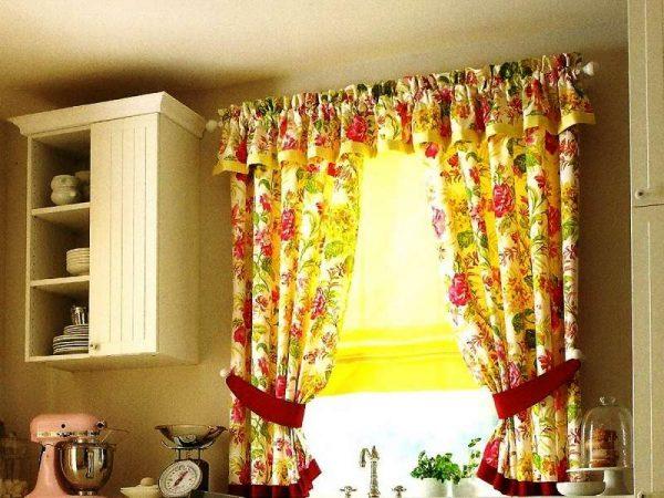 яркие шторы с цветочным принтом на кухне