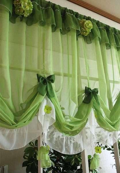 полупрозрачные зелёные шторы на кухне