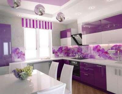 фиолетовая кухня с короткими шторами