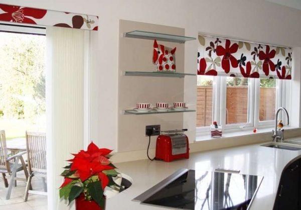 короткие шторы в интерьере кухни