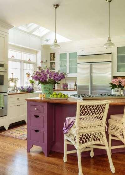 сочетание фиолетового и белого цветов в интерьере кухни